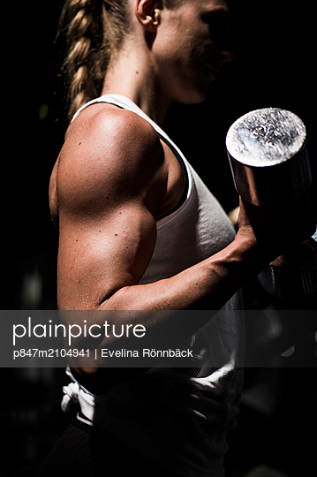 Close-up Of A Woman Exercising With Dumbbells In Gym   - p847m2104941 by Evelina Rönnbäck