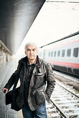 Mann Bahnsteig Zug Warten - p1312m2020089 von Axel Killian