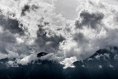 Wolken über Berggipfel - p248m1492218 von BY