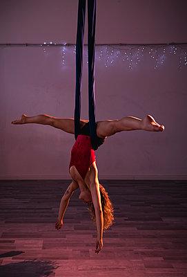 Aerial silks performer during a performance - p300m2023685 by Mauro Grigollo