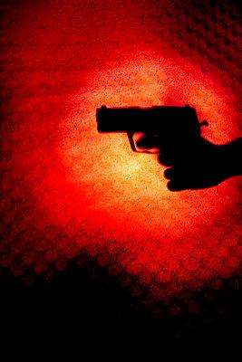 schatten einer hand mit pistole - p627m670797 by Chris Keller