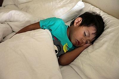 Schlafender Junge - p664m857083 von Yom Lam