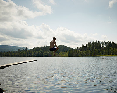 Sprung in den See - p1124m933489 von Willing-Holtz