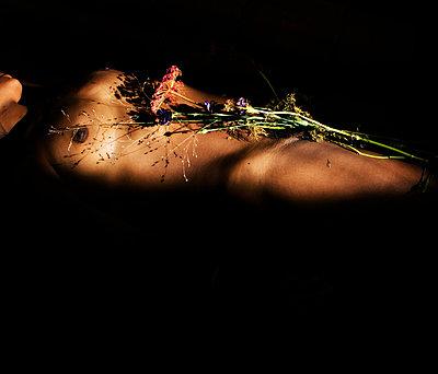 Wildblumen auf dem Körper einer Frau - p1229m1221109 von noa-mar