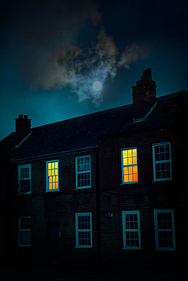 Großbritannien, Haus mit beleuchtetem Fenster bei Mondschein - p1248m2237700 von miguel sobreira