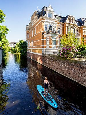 Stand up Paddle in Hamburg - p536m1441941 von Schiesswohl