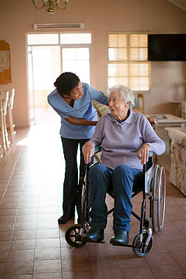 Nurse talking to patient in wheelchair - p555m1305758 by Resolution Productions