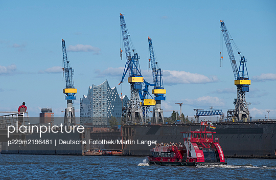 Pleasure boat against dockyard and Elbe Philharmonic Hall - p229m2196481 by Martin Langer
