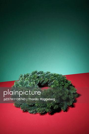 Weihnachten aus Plastik - p237m1108743 von Thordis Rüggeberg