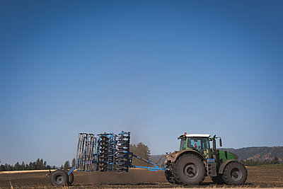 Tractor  - p1315m1565227 by Wavebreak
