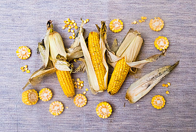 Corn on the cob with slices of corn, overhead view - p429m1561739 by Aleksander Rubtsov