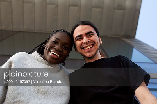 Portrait of a happy young couple outdoors - p300m2167062 by Valentina Barreto
