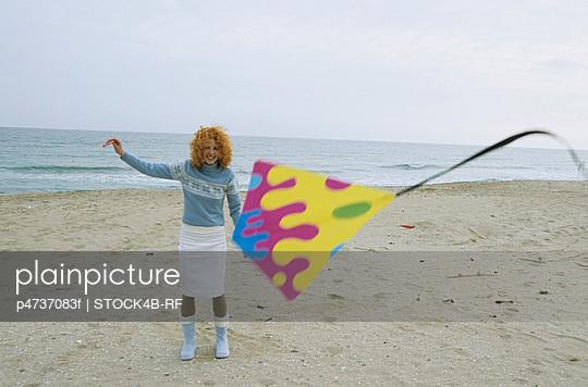 Junge Frau mit roten - p4737083f von STOCK4B-RF