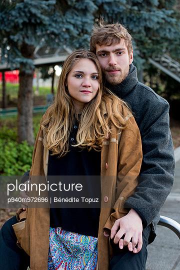 Verliebtes Paar - p940m972696 von Bénédite Topuz