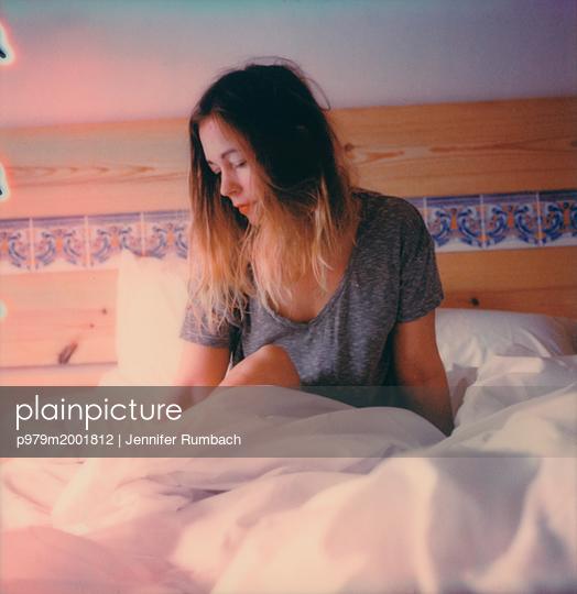Frau im Bett - p979m2001812 von Jennifer Rumbach