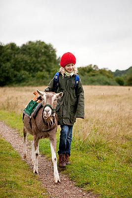 Mädchen mit Ziege - p1195m1128772 von Kathrin Brunnhofer