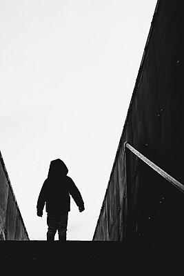 Little boy standing on a railway bridge - p1228m2258589 by Benjamin Harte