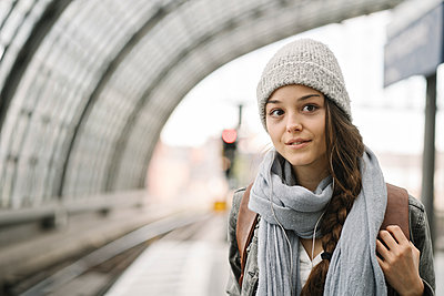 Portrait of a young woman waiting at the station platform, Berlin, Germany - p300m2154549 von Hernandez and Sorokina