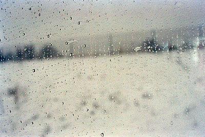 Regentropfen am Fenster - p3880557 von Thomas Roussel