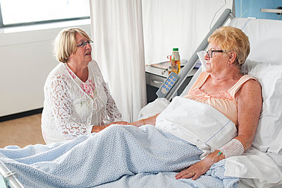 Woman visiting patient in hospital - p429m1198385 by Arno Masse
