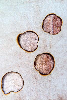 Vier Brandlöcher - p451m2233990 von Anja Weber-Decker