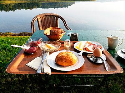 Frühstück am See - p551m1585175 von Kai Peters