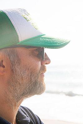 Man wearing basecap - p756m2125063 by Bénédicte Lassalle