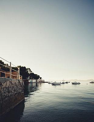 Boote vor kleiner Bucht bei Sonnenaufgang - p946m951107 von Maren Becker