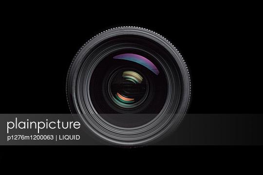 Kameraobjektiv auf schwarzem Hintergrund - p1276m1200063 von LIQUID