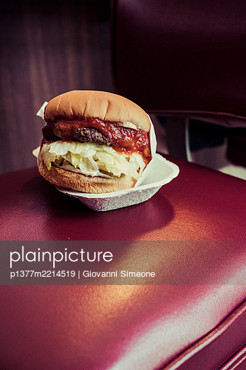 United States, California, Los Angeles, the Hamburger of the Apple Pan restaurant on Pico Blvd - p1377m2214519 by Giovanni Simeone