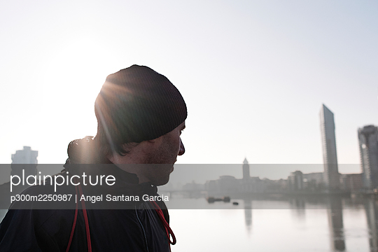 Mature man in knit hat looking at sea against sky - p300m2250987 by Angel Santana Garcia