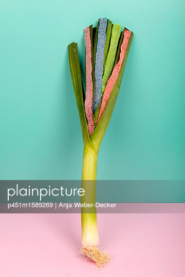 Süße Lauchstange - p451m1589269 von Anja Weber-Decker