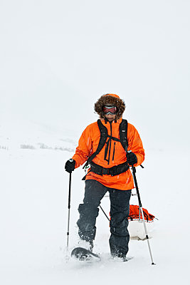 Woman dragging expedition sled in winter landscape - p1166m2268872 by Cavan Images