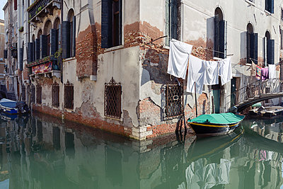 Italy, Venice, boat on canal and laundry at house - p300m2005422 by Raul Podadera Sanz
