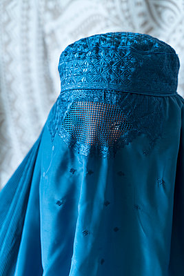 Woman wearing Burka - p427m2092563 by Ralf Mohr