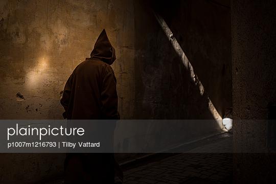 Person mit Kapuze im Zwielicht - p1007m1216793 von Tilby Vattard