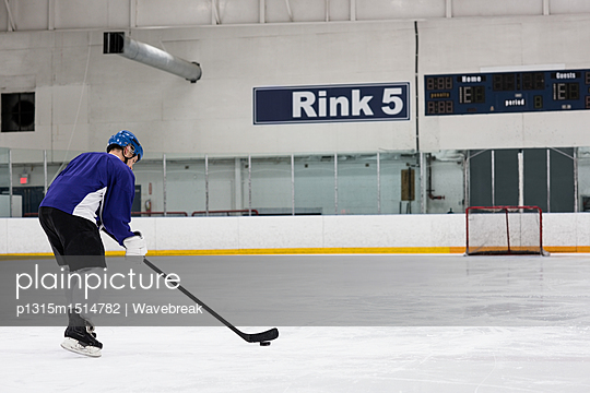plainpicture | Photo library for authentic images - plainpicture p1315m1514782 - Ice hockey player practicin... - plainpicture/Wavebreak