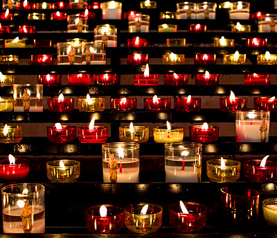 Kerzen im Notre-Dame de la Garde - p1113m932881 von Colas Declercq