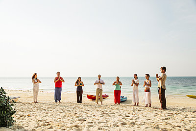 Thailand, Koh Phangan, group of people doing yoga on a beach - p300m1568315 by Mosuno Media