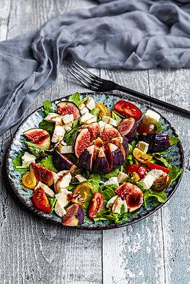 herbstlicher Salat mit Feigen, Rucola, Mozzarella, Tomaten - p300m2155719 von Sandra Roesch
