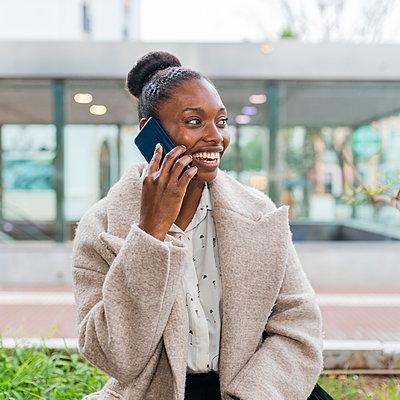 Young black woman talking on phone, Seville, Spain - p300m2275551 von Julio Rodriguez