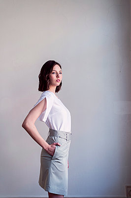 Selbstbewusste junge Frau mit einer Hand in der Tasche - p947m2192804 von Cristopher Civitillo
