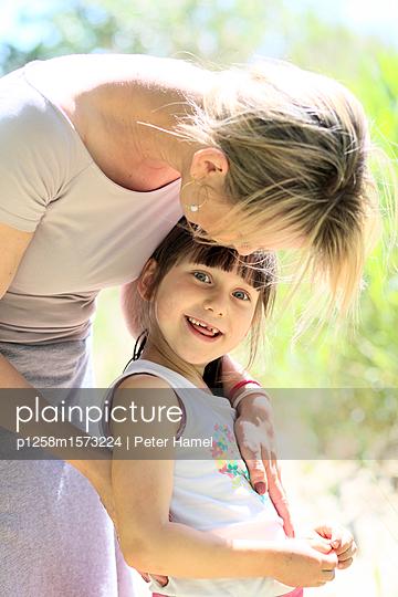 Mutter und Tochter  - p1258m1573224 von Peter Hamel