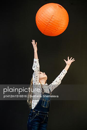 Mädchen mit orangem Lampion - p1412m1516516 von Svetlana Shemeleva