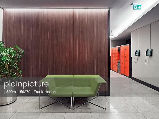 Sofa im Sitzbereich in einem Einkaufszentrum - p390m1159270 von Frank Herfort