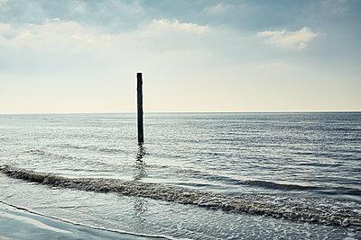 Pfahl im Meer - p1200m1143642 von Carsten Görling