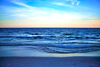 Seashore at blue hour with beach in foreground - p1362m2146413 by Charles Knox