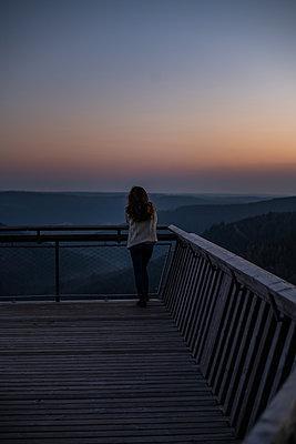 Woman enjoys a peaceful and calm sunrise - p1455m2092385 von Ingmar Wein