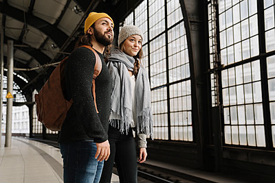 Young couple waiting at the station platform, Berlin, Germany - p300m2155158 by Hernandez and Sorokina