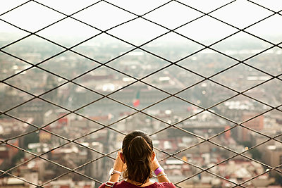 Hispanic woman admiring view from skyscraper - p555m1464099 by Sollina Images
